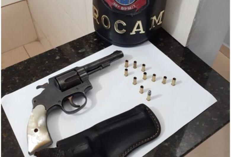 Homem é detido com revólver na Vila Monteiro