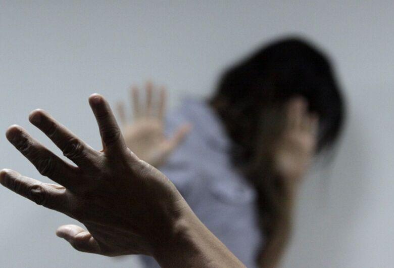 Homem é acusado de agredir e colocar mulher e bebê de 8 meses para fora de casa