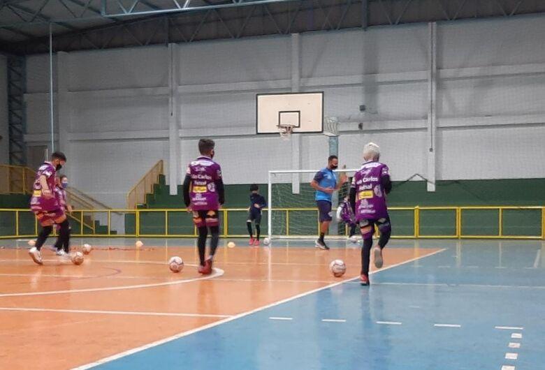 Fisiologista e preparadores físicos buscam colocar atletas do São Carlos Futsal aptos às atividades