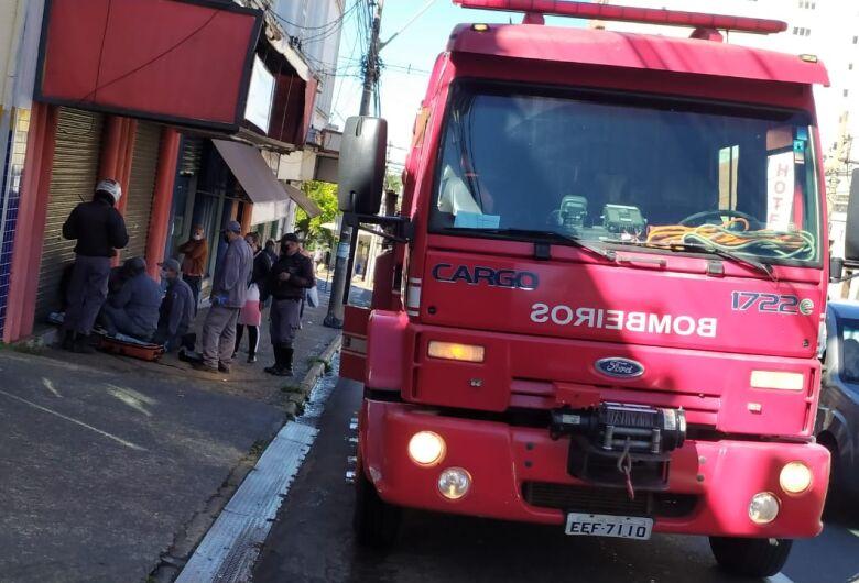 Motociclista fica ferido após colisão na Avenida São Carlos