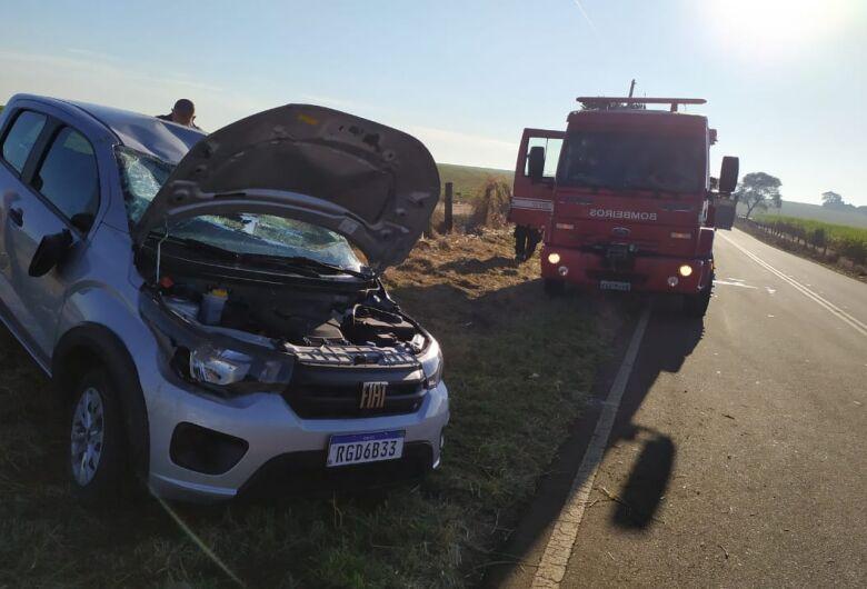 Diretora de escola perde controle e carro capota na Abel Terruggi
