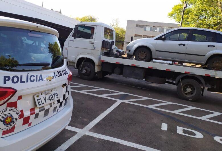 Carro furtado e com placa adulterada é localizado pela PM