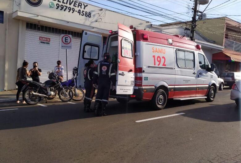 Motoboy fica ferido após colisão traseira na Miguel Petroni
