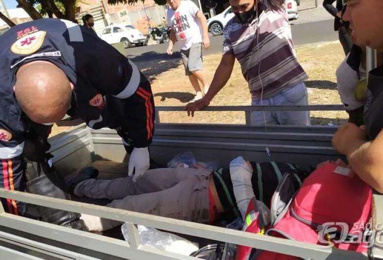 Motoboy colide em carro estacionado e sofre fraturas na perna e no braço