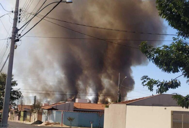 Queimada espalha fuligem e fumaça sobre São Carlos