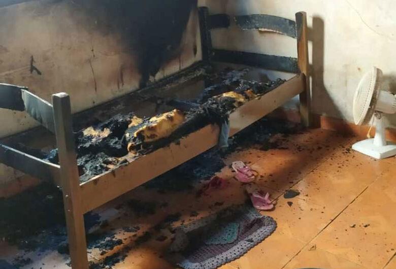 Dona de casa sofre graves queimaduras no rosto