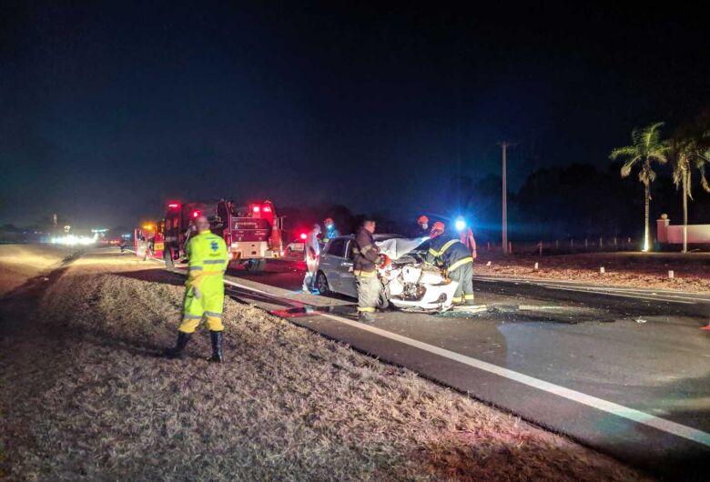 Motorista bate carro em traseira de caminhão na Washington Luiz