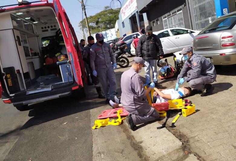 Motociclistas sofrem queda após empinarem moto na Avenida Getúlio Vargas; veja vídeo