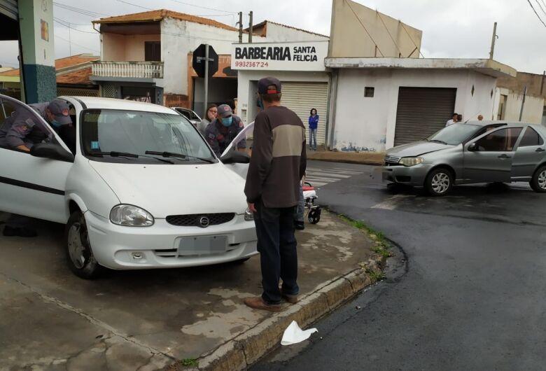 Carro sobe em calçada após colisão
