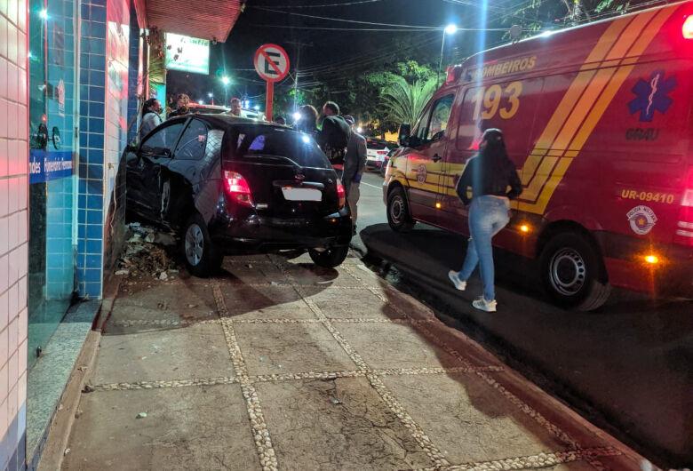 Carro invade funerária após colisão no Centro