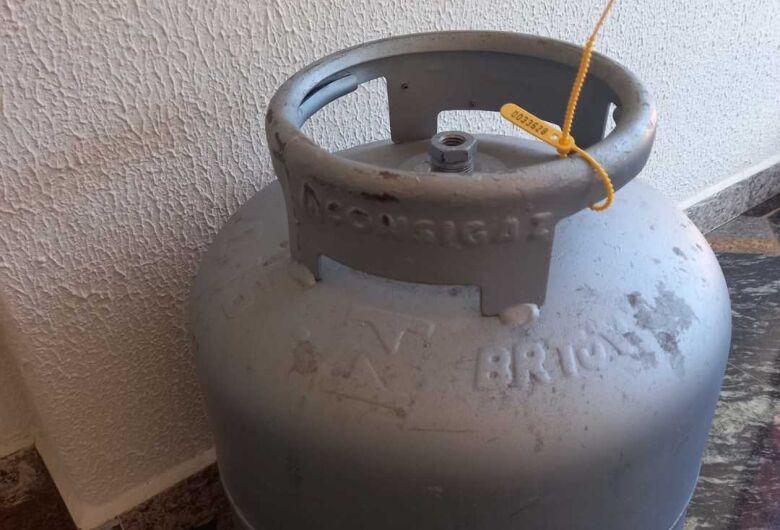 Homem garante ter achado botijão de gás próximo a caçamba de lixo