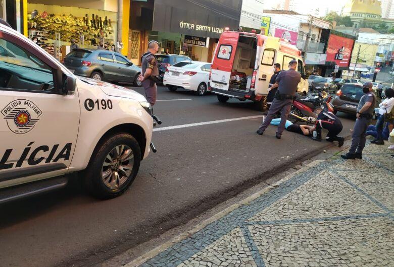Motociclista de 25 anos fica ferida em acidente na avenida São Carlos