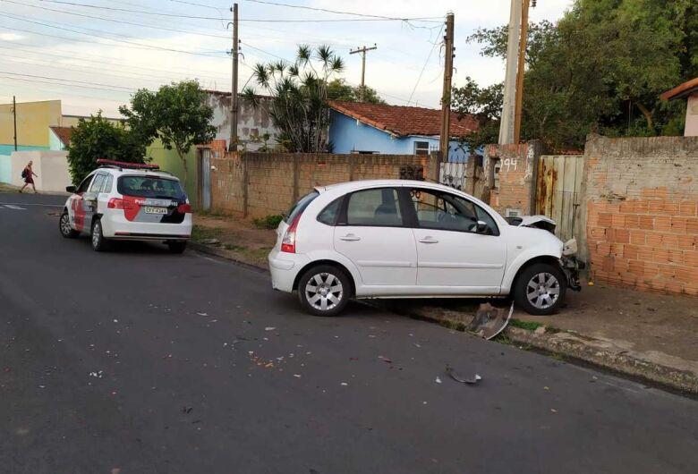 Ladrões se envolvem em acidente após serem perseguidos pelo dono da casa