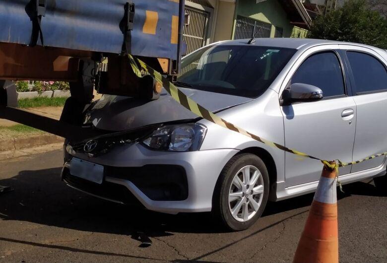 Motorista perde o controle e bate em caminhão estacionado no Parque Fher