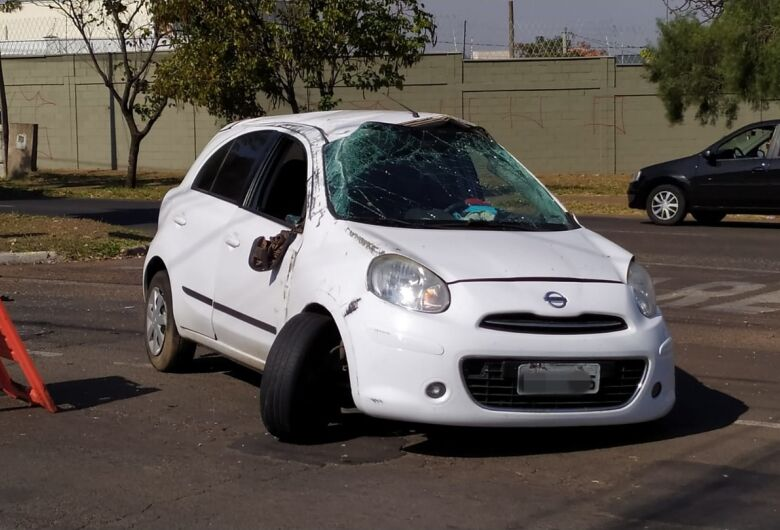 Motorista desvia de motoboy e capota carro na Bruno Ruggiero Filho