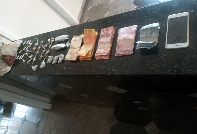 Dupla é flagrada com drogas na entrada do Jardim Cruzado em Ibaté