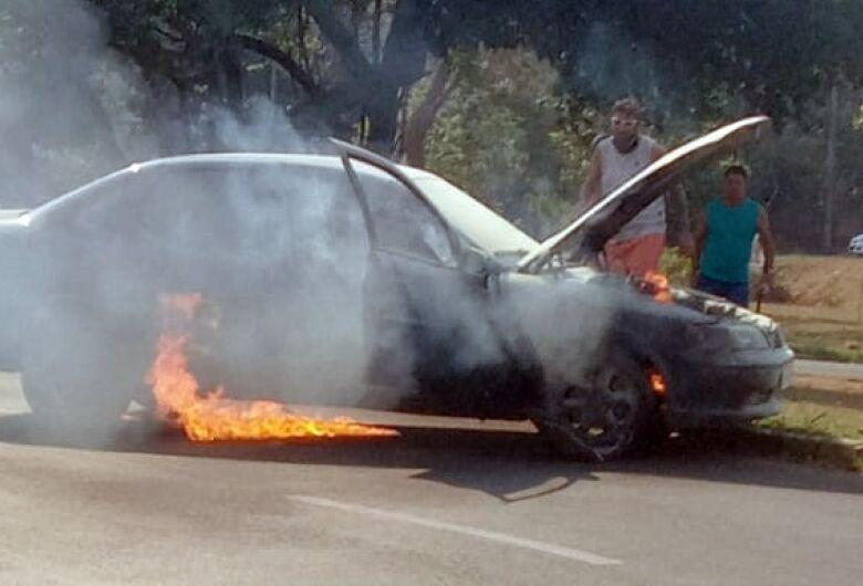 Carro pega fogo na região do shopping Iguatemi