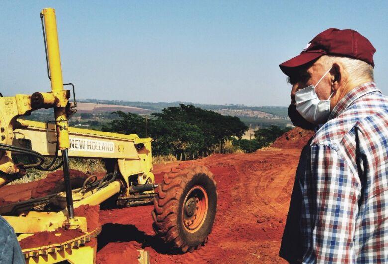 Prefeito Airton Garcia acompanha manutenção das estradas rurais