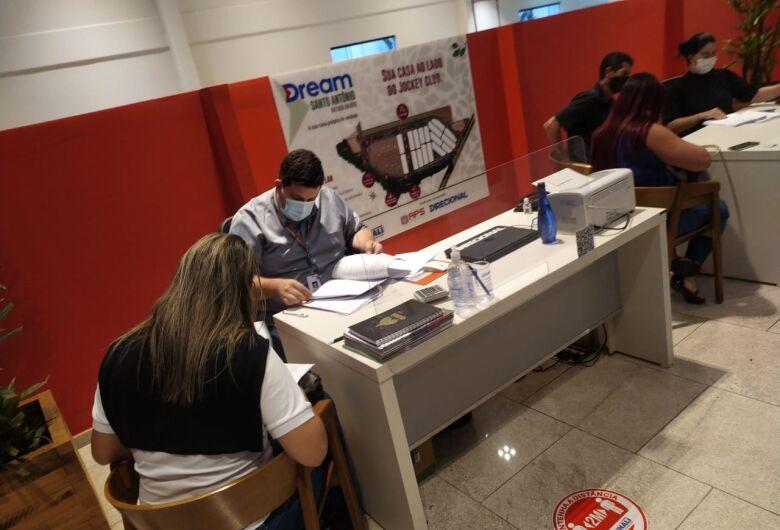Compradores das casas do Jockey assinam contrato