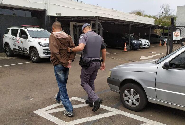 Dupla acusada de assaltar residência em Descalvado é presa pela PM em São Carlos