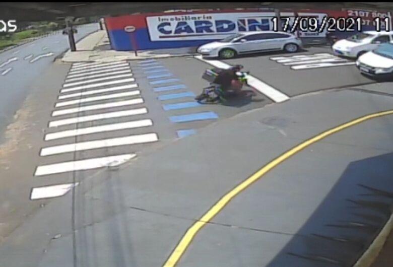 Câmera de segurança registra acidente com motoboy na região da USP