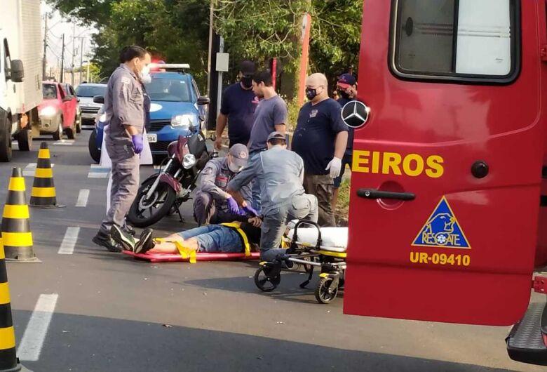 Moto colide na traseira de carro na Henrique Gregory