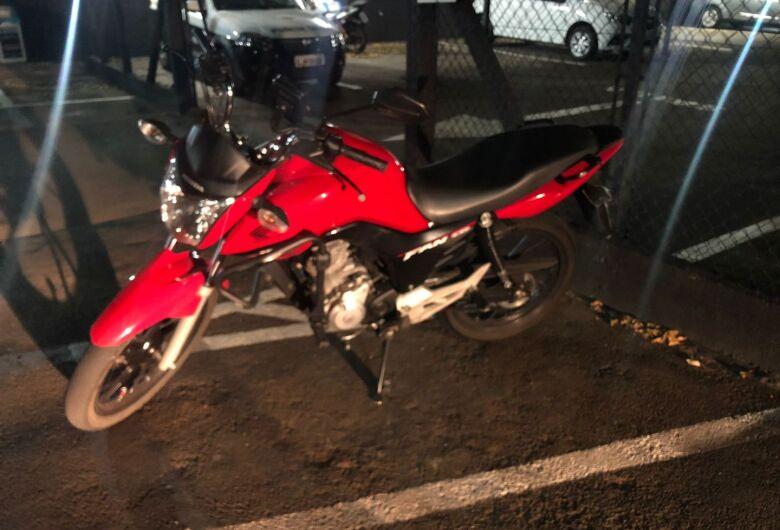 Ladrão de moto tenta fugir da polícia, mas leva queda e vai pra prisão