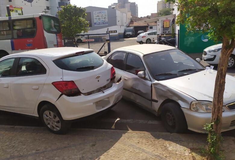 Três carros, uma moto e um ônibus se envolvem em colisão no centro