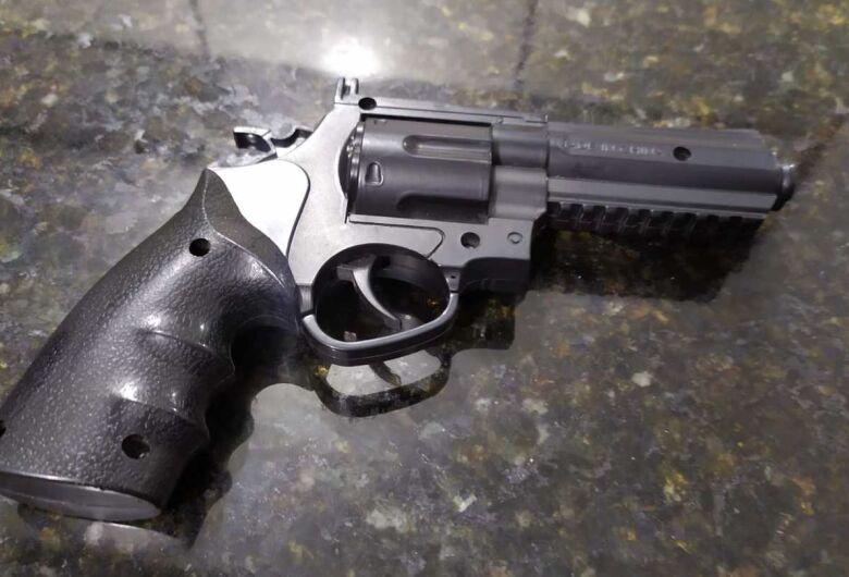 Adolescente de 15 anos rende duas pessoas e assalta farmácia em Ibaté