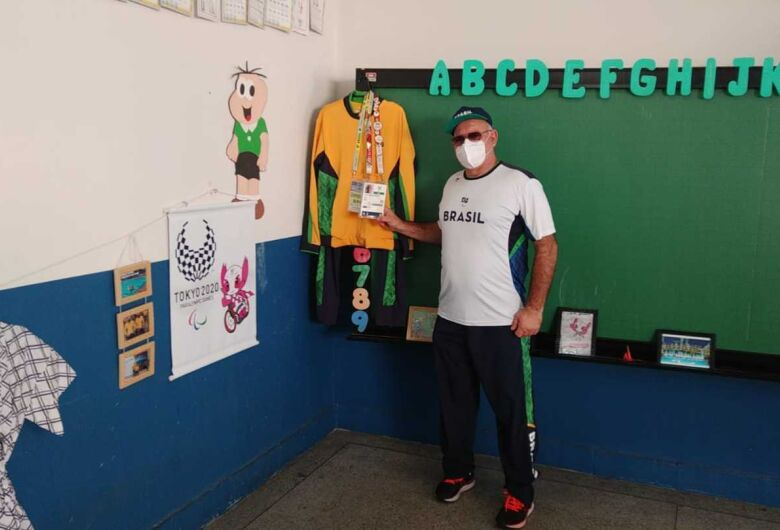 Técnico da Seleção de Natação expõe acervo dos Jogos Paralímpicos de Tóquio na Emef Vera Trinta