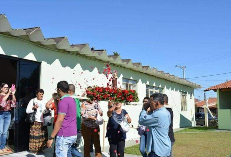 Em festa, fieis comemoram o dia de Santa Teresinha do Menino Jesus