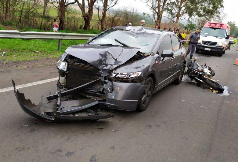 Acidente de moto deixa mulher gravemente ferida na SP-215 em São Carlos