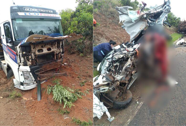 Casal morre em violento acidente na SP-225