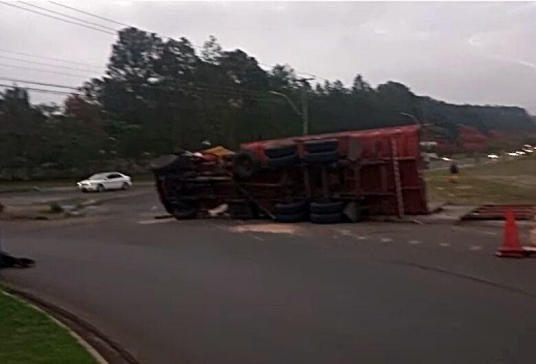 Caminhão tomba em rotatória no Distrito Industrial