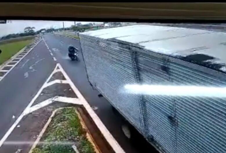 Motociclista de 38 anos morre ao bater na traseira de caminhão que fazia manobra irregular