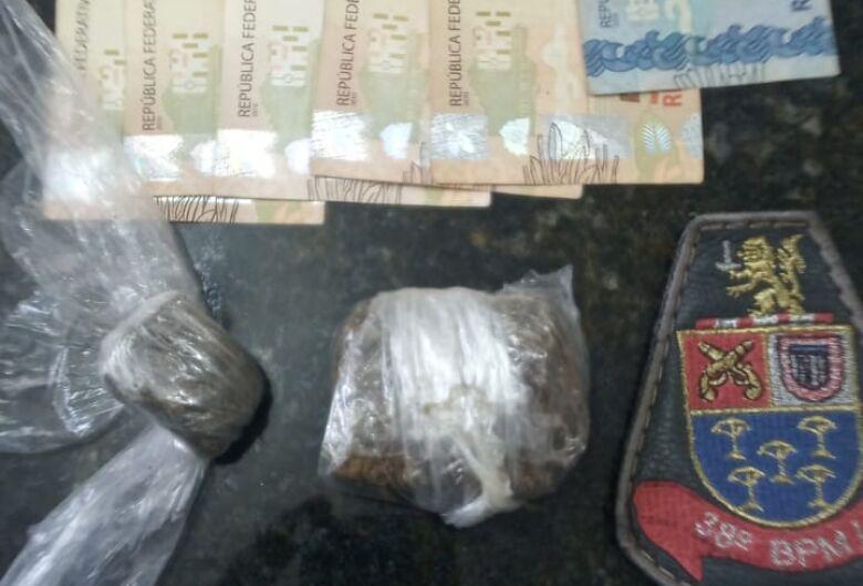 Dupla de motociclistas é detida com drogas no Boa Vista