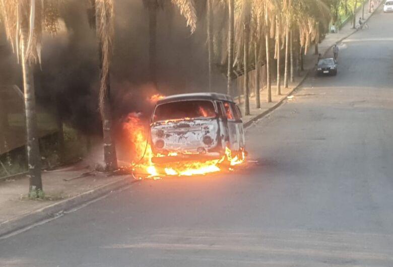 Fogo destrói Kombi em Ibaté