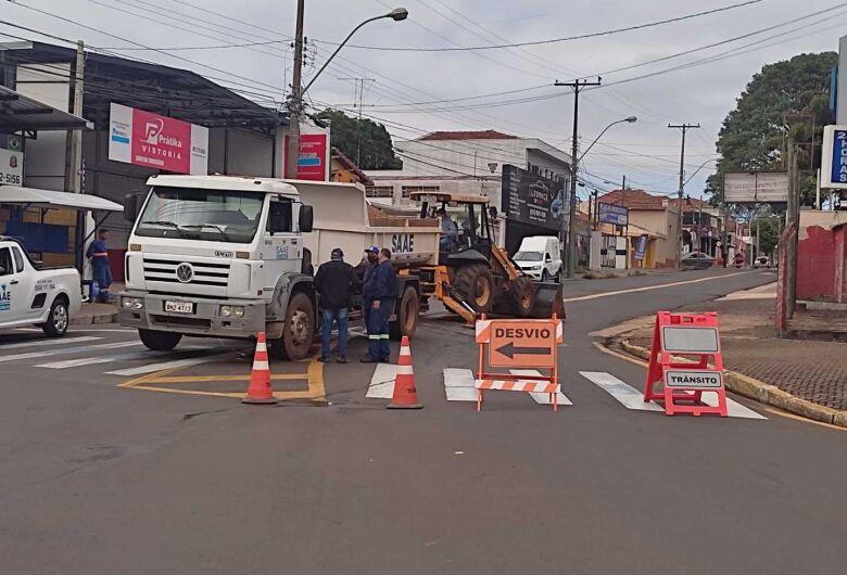 Saae realiza obras e rua é interditada na Vila Prado