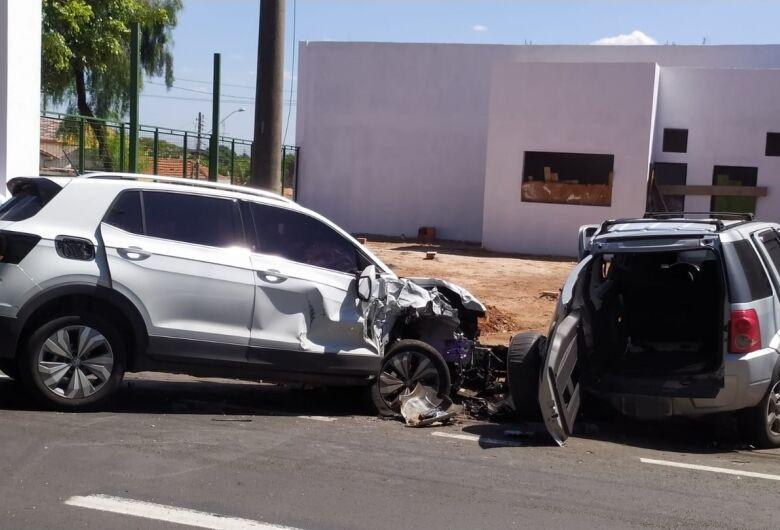 Dois carros se envolvem em acidente na Vila Prado