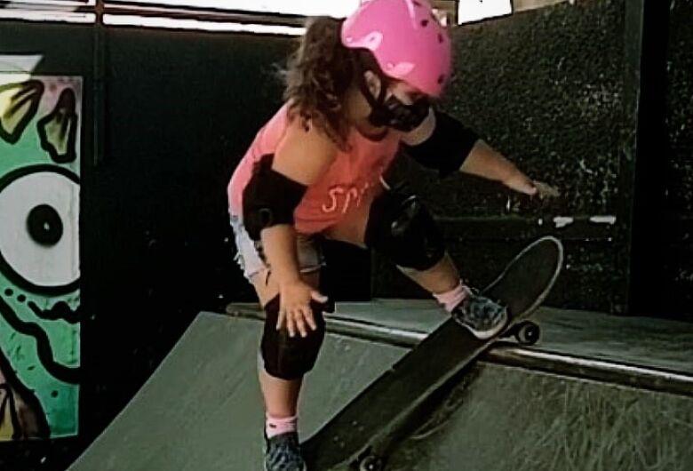 """Fã da """"Fadinha do Skate"""", são-carlense conquista título no """"Futuro da Nação"""""""