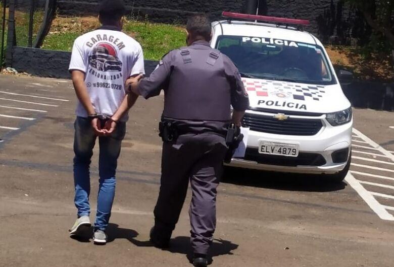 Homem é detido após ameaçar o pai e agredir a irmã