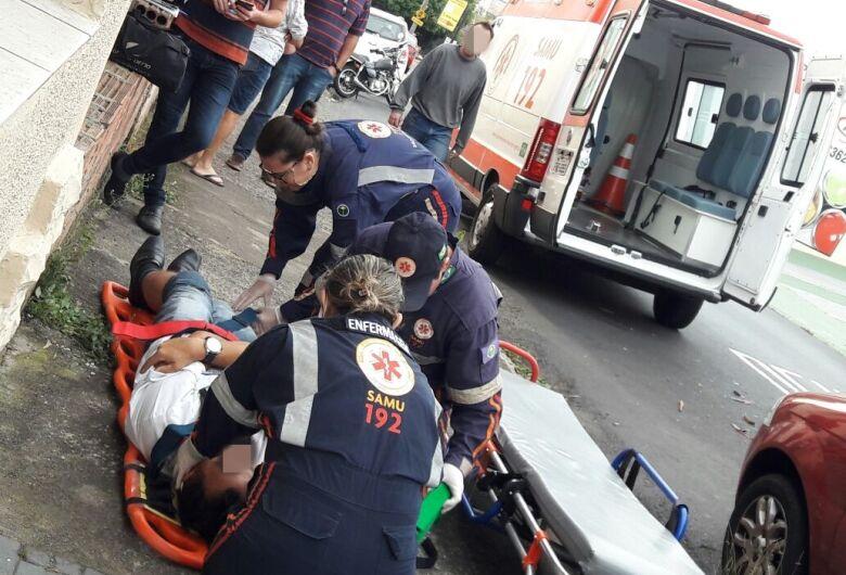 Motociclista colide em caminhão estacionado