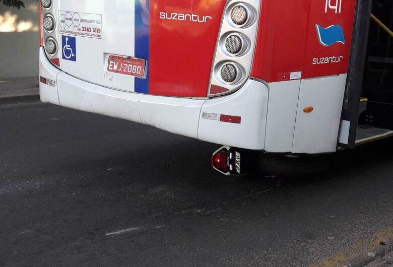 Moto vai parar embaixo de ônibus após colisão