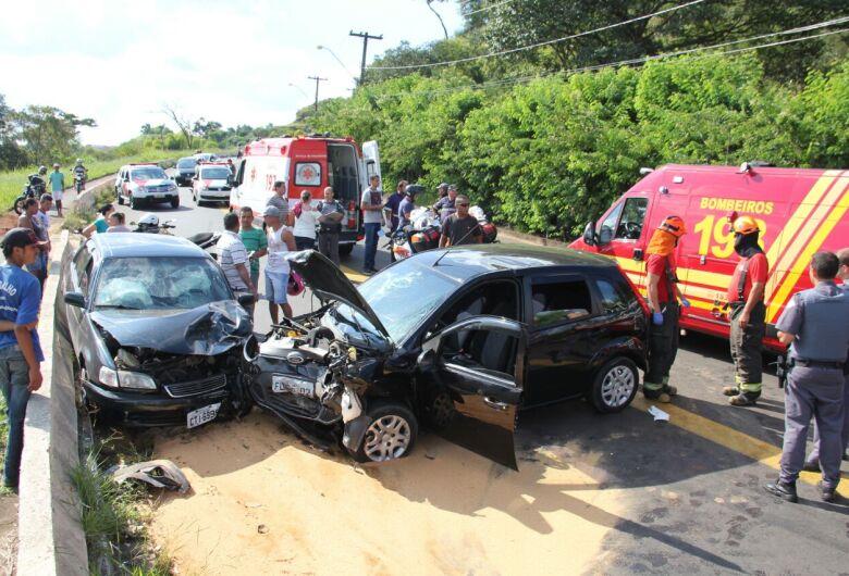Grave acidente deixa dois feridos na serra do Aracy