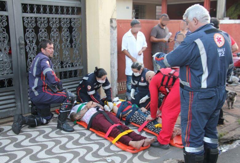 Duas pessoas ficam feridas após colisão em cruzamento na Vila Monteiro