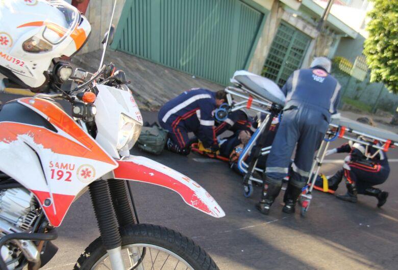 Homem sofre fratura após queda de moto no Centro