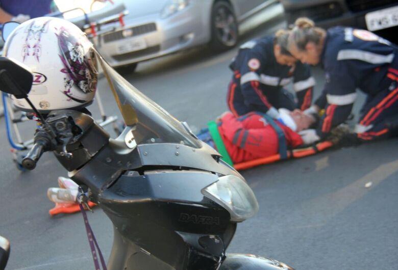Mulher de 38 anos fica ferida em colisão entre carro e moto