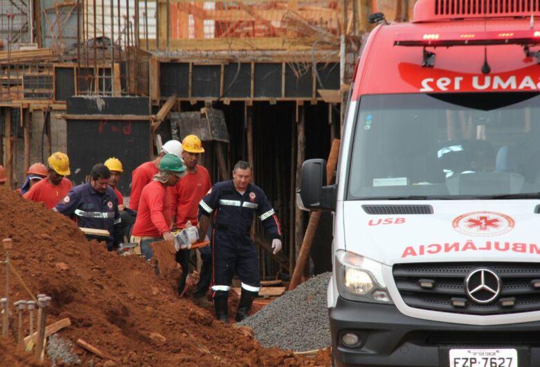 Trabalhador fica ferido após ter perna atingida por equipamento de uma tonelada