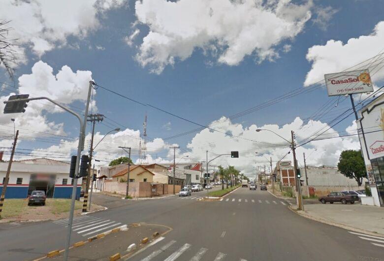Dupla aborda comerciante em semáforo e rouba moto