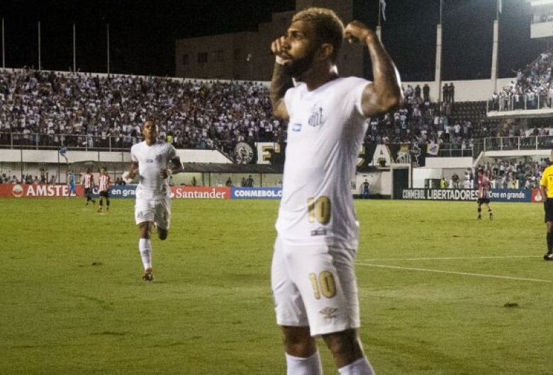 Santos vence Estudiantes e fica perto da classificação